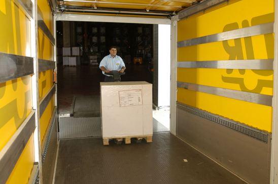 Conductor cargando el camión en centro de distribución