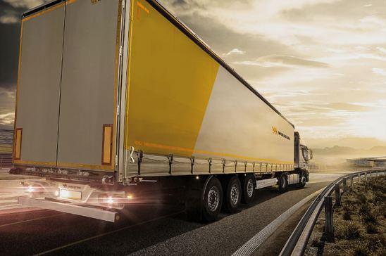 camión circulando por carretera española