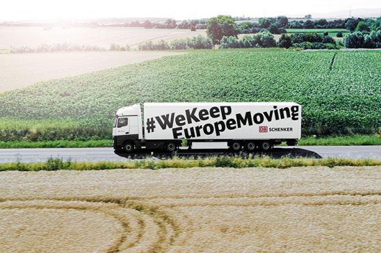 Camión circulando por carretera europea