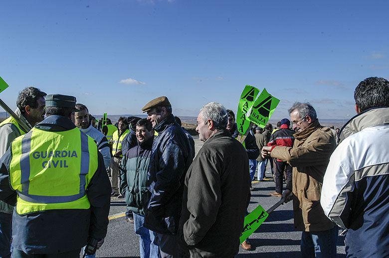 Los agricultores protestan con cortes de carreteras en distintos puntos de España