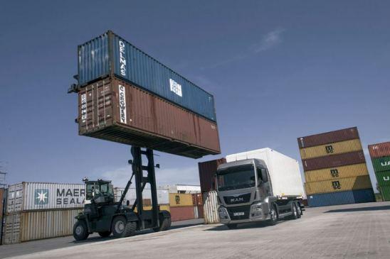 Camión cargando en una terminal multimodal