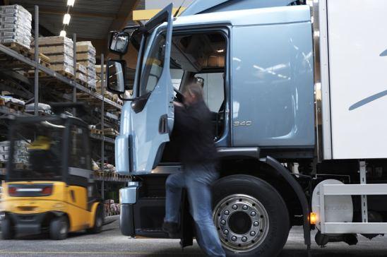 Camión en muelle de carga