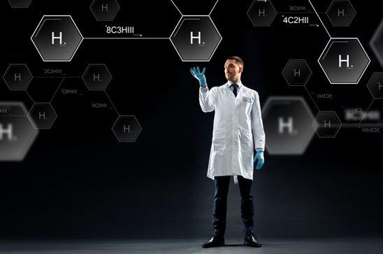 Científico trabajando con moléculas de hidrógeno