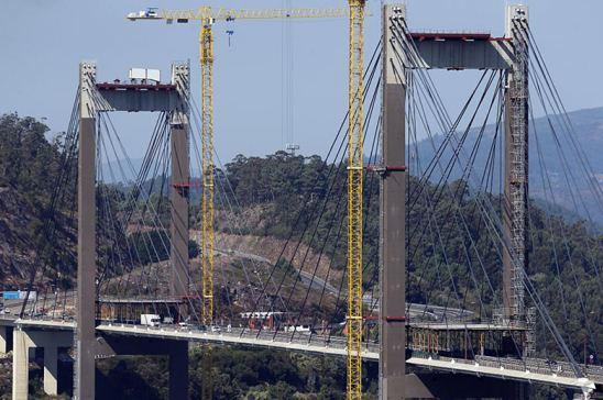 Ábalos anuncia un descuento del 20% en la AP-9 a camiones y el transporte reacciona