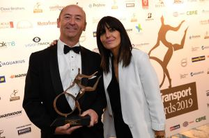 Robin Easton, director de DAF Trucks UK, en la ceremonia del Camion de Flota del Año con Claudia Winkleman, anfitriona de los MT Awards