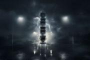 Roger Alm corona una torre hecha con los cuatro nuevos camiones de Volvo Trucks